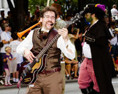 A musical performer plays for the crowd at the annual DragonCon parade — Stock Photo