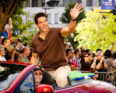 Lou Ferrigno waves to the crowd at the annual DragonCon parade — Stock Photo