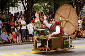 H.G. Wells fans drive a time machine in the annual DragonCon parade — Stock Photo