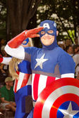 A comic book fan dressed as Captain America salutes at the annual DragonCon parade — Foto de Stock