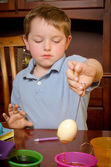 Child dying eggs for Easter — Stock Photo