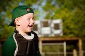 портрет ребёнка в зрелище s gear смех во время игры в бейсбол — Стоковое фото