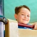 Ritratto di bambino felice giocando sul parco giochi — Foto Stock