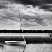 ヨット停泊モノクロ画像の嵐の日の間に湖の上 — ストック写真