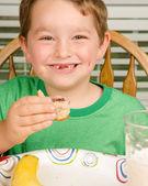 Niño comiendo cacahuate desordenado y sándwich con leche y fruta para el almuerzo saludable — Foto de Stock