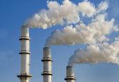 дымовые трубы и дым — Стоковое фото