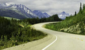Asphalt road in high mountains of Alaska — Zdjęcie stockowe