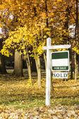 недвижимость для продажи знак — Стоковое фото