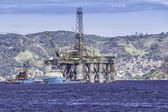 Oil drilling rig against panorama of Rio de Janeiro — Stock Photo