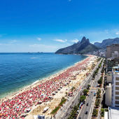 Hot day on Ipanema Beach in Rio de Janeiro — Stock Photo