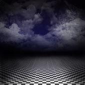 Immagine artistica vuoto, buio, psichedelico con pavimento correttore bianco e nero sulla terra e sul raggio di luce nel cielo nuvoloso, scuro blu denim. sfondo di dramma gotico, immagine poster o il paese delle meraviglie. — Foto Stock