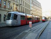 şehir kırmızı tramvay arka plan — Stok fotoğraf