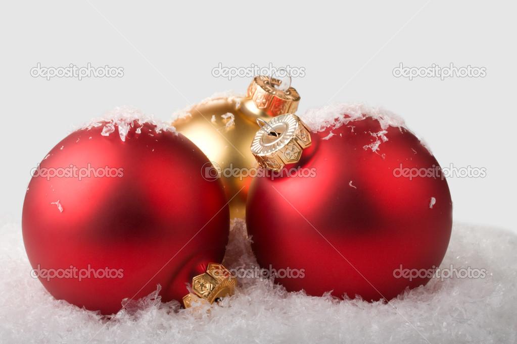 Bolas de navidad doradas y rojas en la nieve fotos de - Bolas de navidad rojas ...