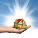 maison à la main sur le ciel bleu — Photo #31233815
