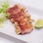 Japanese cuisine, bacon and Enoki Mushroom roll — Stock Photo