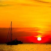Hermosa puesta de sol sobre el mar — Foto de Stock