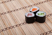Sushi auf Bambusmatte — Stockfoto
