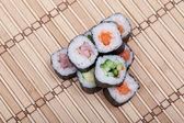 Closeup sushi roll op bamboe mat — Stockfoto