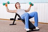 молодая женщина, тренинг для мышц груди — Стоковое фото