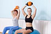 Zwei Frauen machen Übungen mit harten ball — Stockfoto