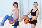 2 つの女性の演習を行う — ストック写真