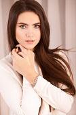 Ruhige frau mit hellen make-up und strass — Stockfoto
