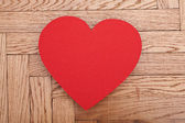 木制背景上的红纸心 — 图库照片