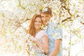 Bella coppia nel giardino fiorito — Foto Stock