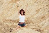 Mutlu duygu sahilde bir kadınla — Stok fotoğraf