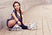 女の子行くローラーブレード — ストック写真