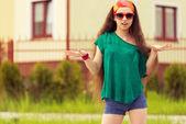 Teenager auf sonnenbrillen in straße — Stockfoto