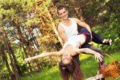 Couples jeunes reste active dans le parc — Photo