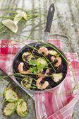 Arroz preto com camarão e abobrinha — Fotografia Stock