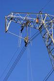 Mantenimiento de una línea de energía — Foto de Stock