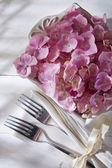 テーブルの飾りのアジサイ — ストック写真