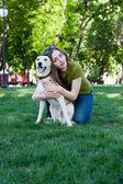 一个年轻的女孩与狗的照片 — 图库照片