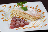 Grapes strudel with mint and caramel — Stock Photo
