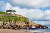 View of boat and bandstand at Castle Beach, Tenby. — Stock Photo