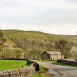 Country lane and barn in the Yorkshire Dales — Stock Photo