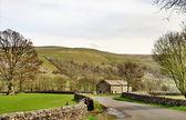 Camino rural y galpon en los valles de yorkshire — Foto de Stock