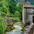 River and cottage in Castleton,Derbyshire — Stock Photo