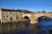 Stone bridge and building in Barnard Castle — Stock Photo