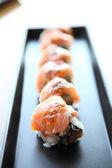 Rolos de sushi de salmão — Fotografia Stock