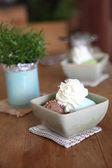 холодный кофе с цветком — Стоковое фото
