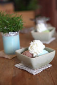 Ledová káva s květinou — Stock fotografie