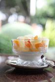 фрукты с ванильным мороженым — Стоковое фото