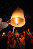 CHIANGMAI, THAILAND - NOVEMBER 17 : Thai people floating lantern — Foto de Stock