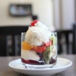Fruit with ice cream — Stock Photo