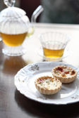 Mini fruit tart and tea — Stock Photo