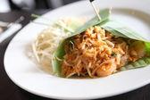 Comida tailandesa padthai frito los tallarines con gambas — Foto de Stock